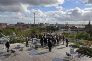 Selskabets medlemmer nød den flotte udsigt fra DI husets tagterrasse. Foto: Anders Nielsen