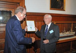 Foto: Hasse Ferrold. Ved Receptionen, blev Erik Nørgaard af Carsten Dencker Nielsen udnævnt til æresmedlem for Det Danske Afrikaselskab som tak for hans mangeårige indsats for selskabet.
