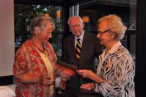 Agnes Wenigwieser modtager medlemsbevis af Nanna Konnild og Erik Nørgaard. (foto: Anders Nielsen)