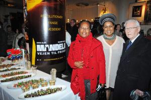 Long Walk to Freedom, den meget omtalte film, der beskriver Nelson Mandelas liv, blev forevist ved Galla Premiere den 22. januar. Præsidenten for at repræsentere Afrika Selskabet var inviteret af den Sydafrikanske ambassadør H.E. Samantha Mhlanga, som ses her i billedet. Erik Nørgaard anbefaler at denne film, der nu er vist over hele landet, vil være et højdepunkt i historien om Mandela. Fotos: Hasse Ferrold