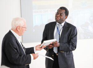 """Erik Nørgaard overrækker selskabets bog """"Afrika som det var en gang"""" til Dr. Mapoko Mbelenge Ilondo, som tak for det interessante foredrag (foto: Hasse Ferrold)."""