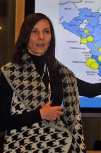 """WHO Regional Office for Europe, Cristiana Salvi, fortalte om hvordan WHO forsøger at sikre at den nødvendige viden om Ebola'en er til stede i de ramte områder. Herunder hvordan man """"afmystificerer"""" sygdommen, hvilket er vigtigt i forhold til patientbehandling og den stigmatisering der efterfølgende kan opstå for de helbredte patienter (Foto: Anders Nielsen)."""